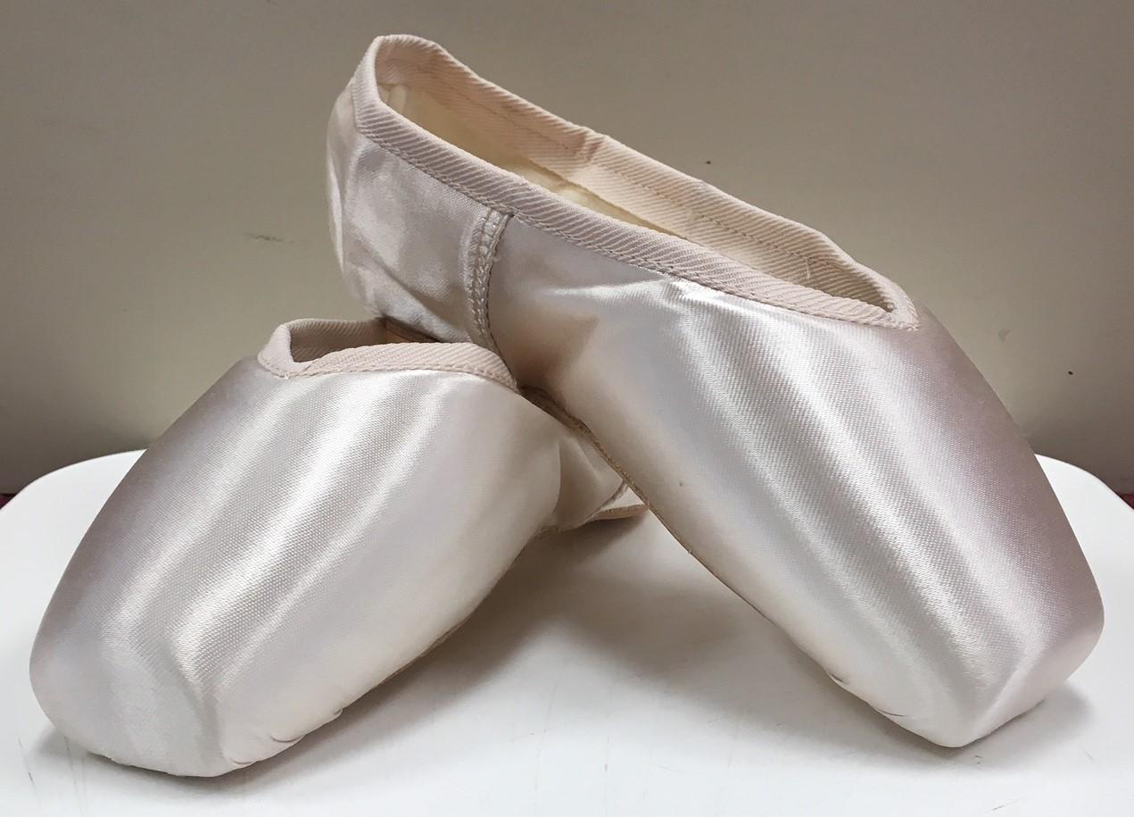 """Russian Pointe """"Entrada"""" Medium V Vamp Flexible Medium Shank No Drawstring Pointe Shoe"""